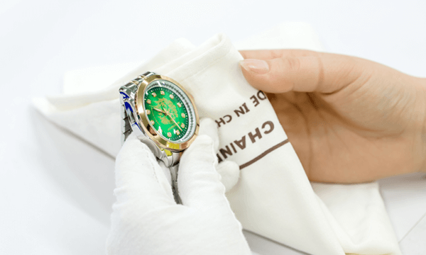 Wiping-watches-with-the-clean-cloth